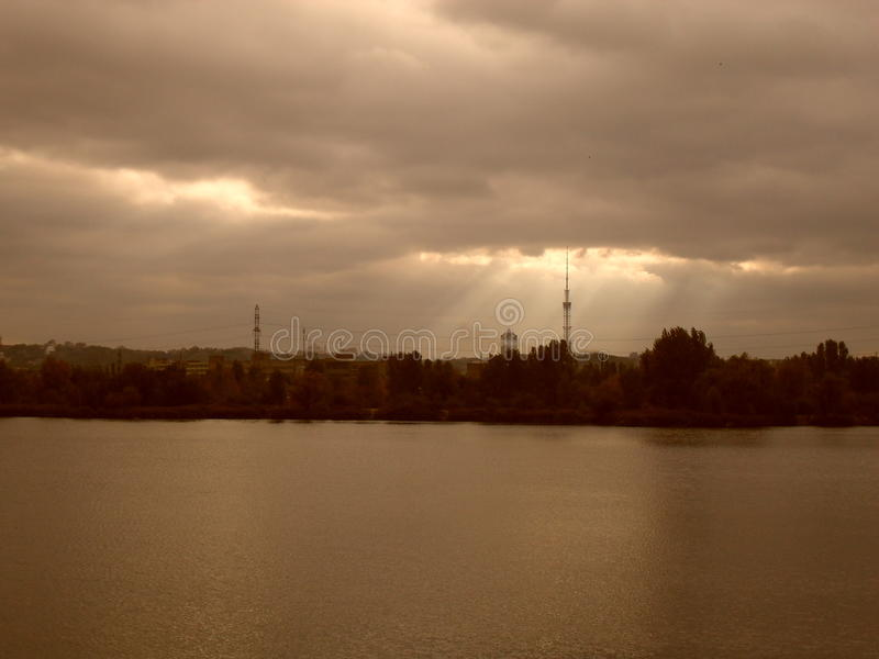Lac urbain en automne, pollution de l'eau, ciel d'automne photographie stock