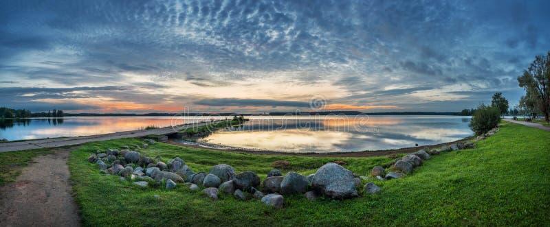 Lac Valdai pendant le matin de début de l'été photos libres de droits