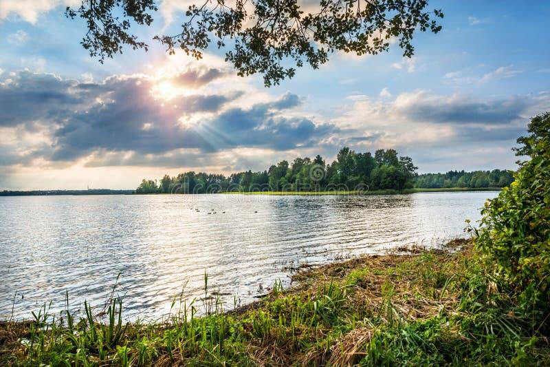 Lac Valday dans les rayons d'un soleil image stock