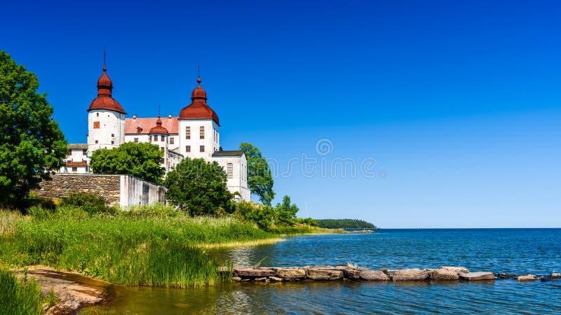 Lac Vanern avec le château de Lacko images libres de droits