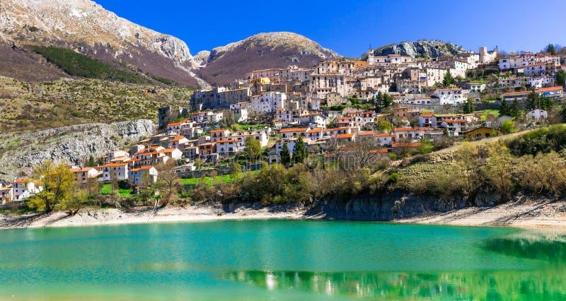 Lac vert imagé - Lago di Barrea et village médiéval dedans photo stock
