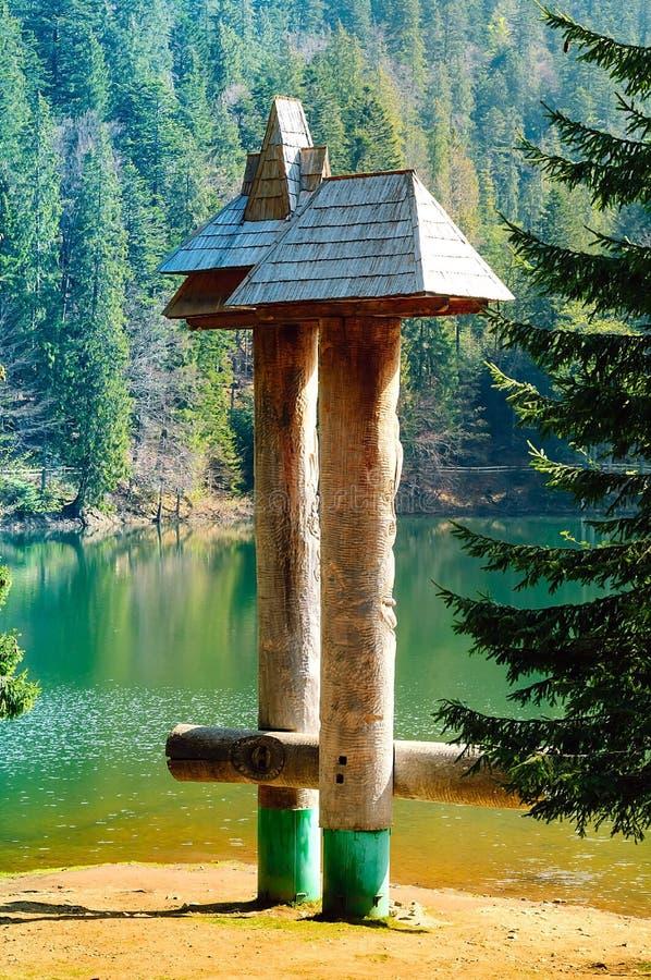 Lac vert sur un fond des hautes montagnes et de la forêt verte, concept du déplacement dans le sauvage, carpathien, l'espace de c images libres de droits