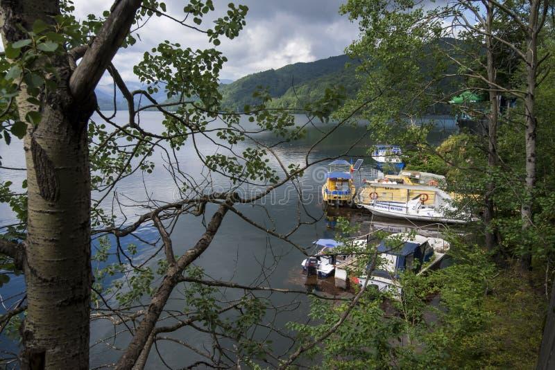 Lac Vidraru sur le barrage en montagnes carpathiennes, Roumanie images stock