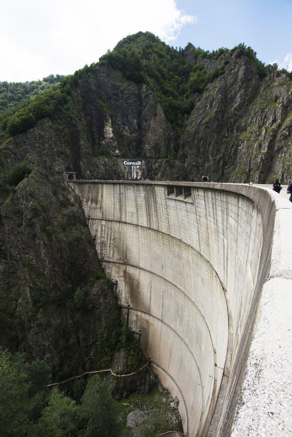 Lac Vidraru sur le barrage en montagnes carpathiennes, Roumanie image stock