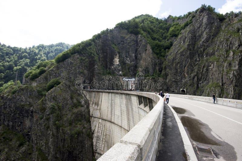 Lac Vidraru sur le barrage en montagnes carpathiennes, Roumanie photo libre de droits