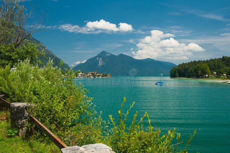 Lac Walchensee près de la ville Walchensee image stock