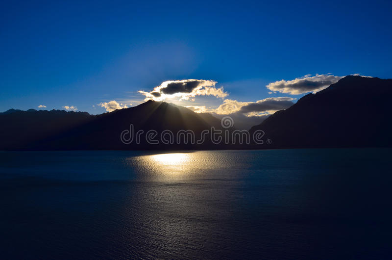 Download Lac Wanaka image stock. Image du neuf, rayons, côté, silhouette - 76083831
