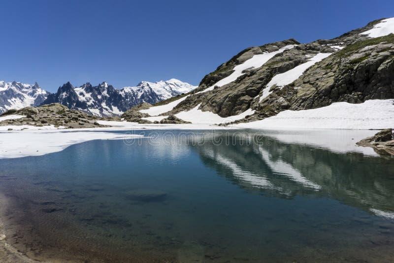 Laca Blanc del lago en el fondo del macizo de Mont Blanc montan@as imágenes de archivo libres de regalías
