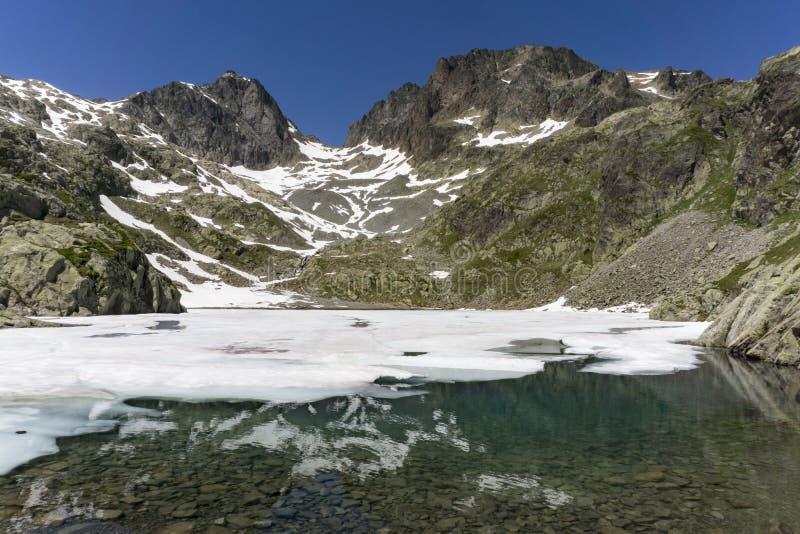 Laca Blanc del lago en el fondo del macizo de Mont Blanc montan@as fotografía de archivo libre de regalías