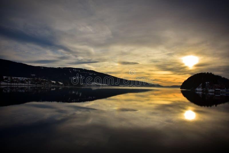 A laca de Joux em Suíça no por do sol fotos de stock royalty free