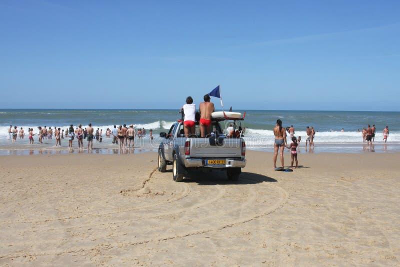 Lacanau , Aquitaine / Франция - 11 07 2019 : спасатели от праздников безопасности на пляже lifeguard car beach стоковые изображения rf