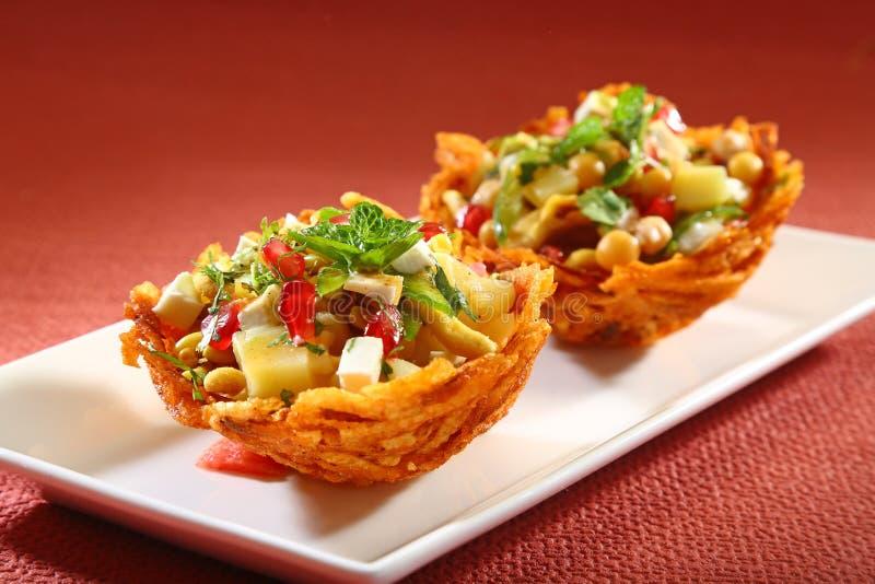 Laccha Tokri Chaat oder Kartoffel-Korb angefüllt mit Kartoffel stockfoto