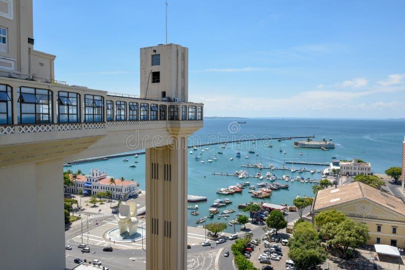 Lacerda电梯和诸圣日Bay巴亚de Todos os桑托斯看法在萨尔瓦多巴伊亚,巴西 免版税库存照片