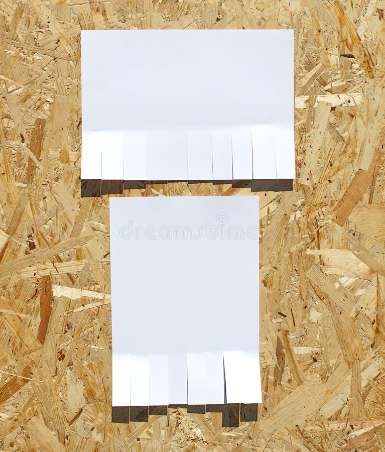Laceri l'avviso di carta sulla parete fotografia stock