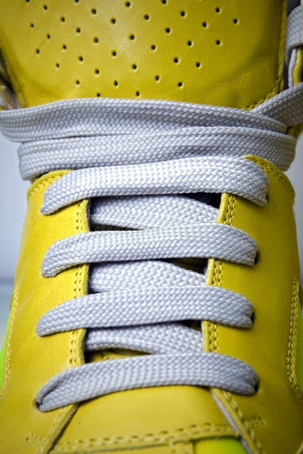 Lacets de plan rapproché sur les gaines jaunes photographie stock libre de droits