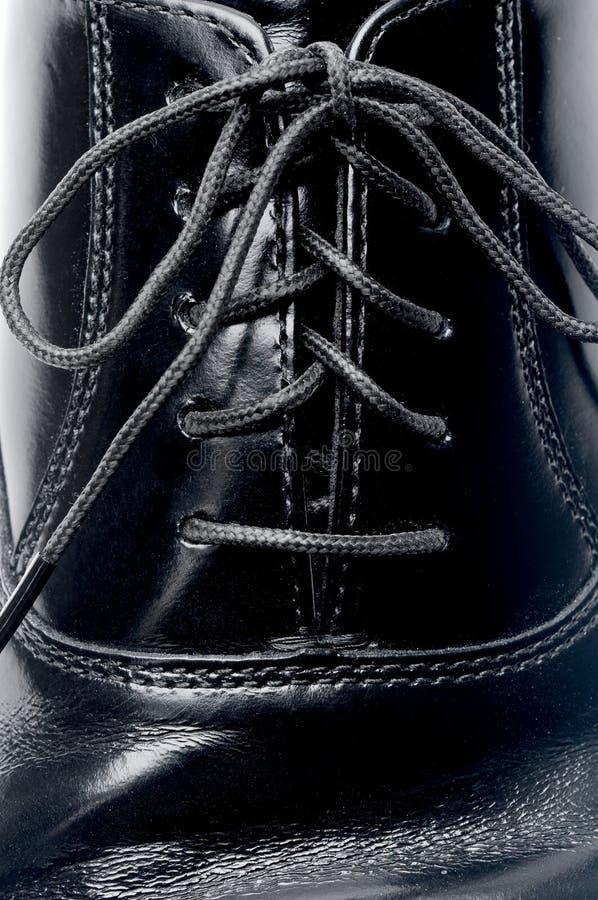 Lacets sur une chaussure en cuir noire images stock