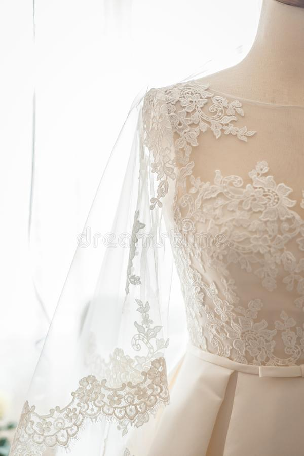 Lacez la douille de la robe de mariage sur un mannequin photographie stock libre de droits