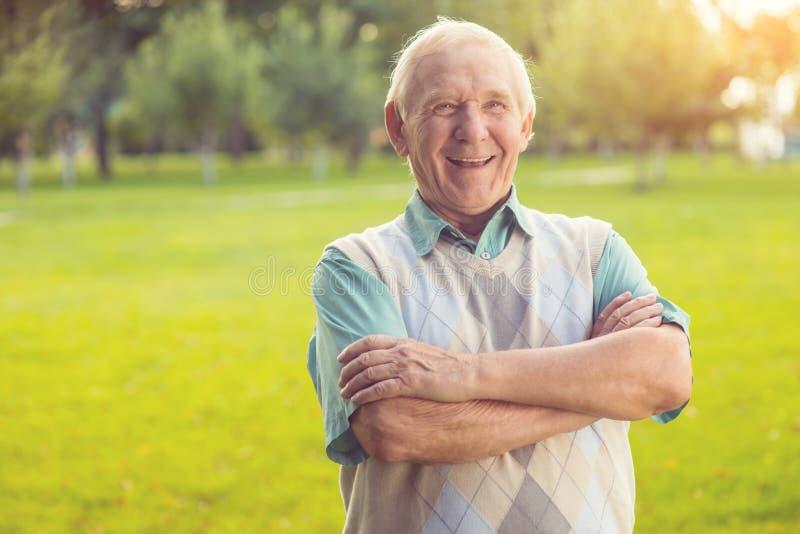 Lachen des älteren Mannes stockfotografie