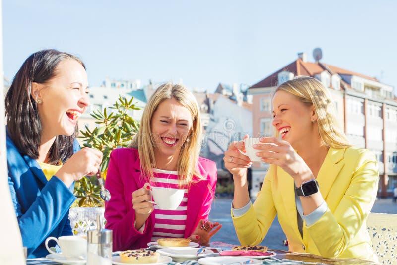 Lachen mit drei Frauen lizenzfreies stockbild