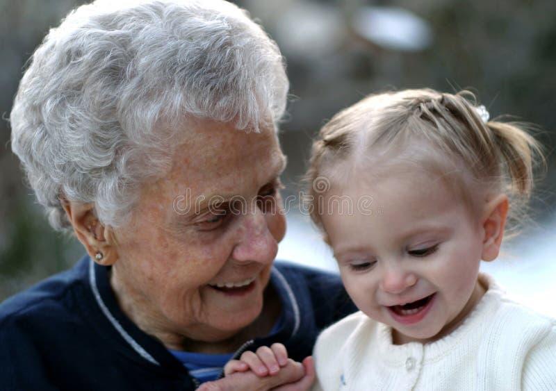 Lachen mit Großmutter stockfoto