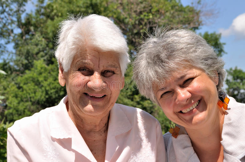 Lachen mit zwei älteres Frauen stockbild