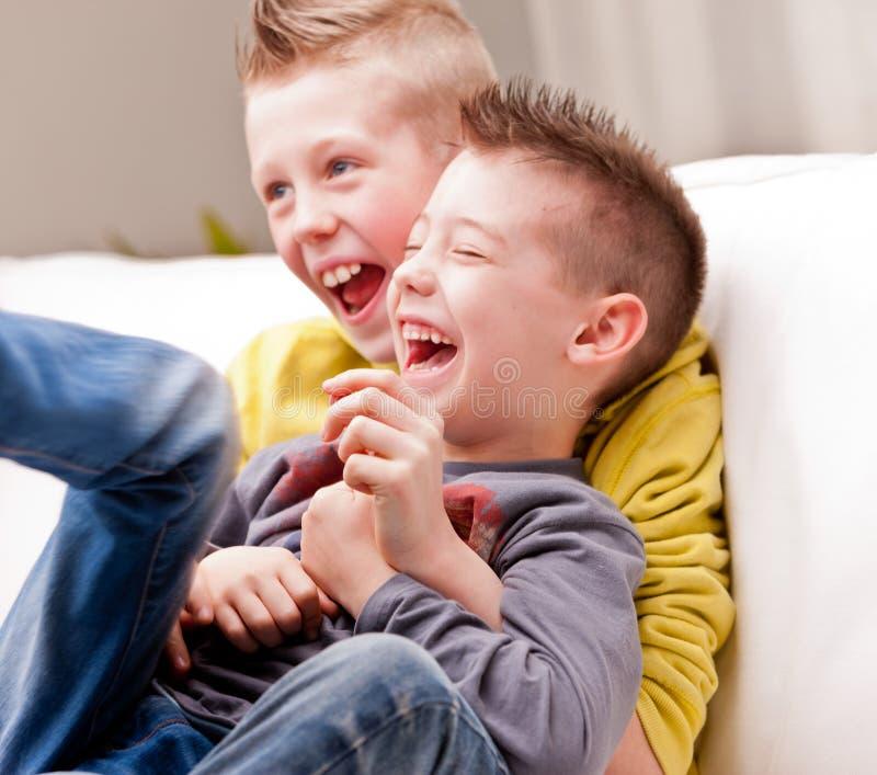 Lachen mit zwei kleinen Jungen stockbild