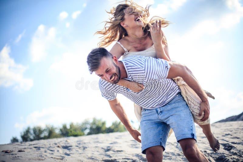 Lachen, Sommer, alles, den Sie für Liebe benötigen stockfoto