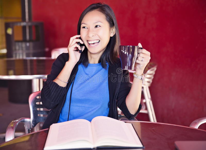 Lachen am Telefon lizenzfreies stockfoto