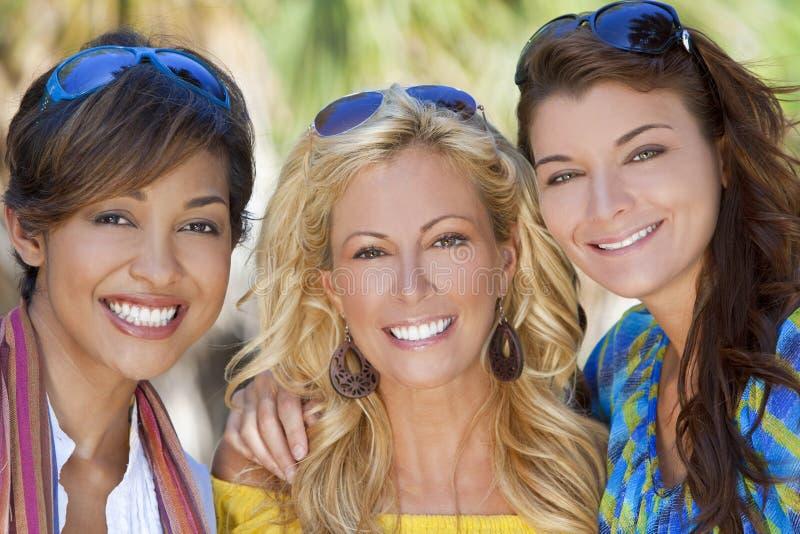 Lachen van drie het Mooie Jonge Vrienden van Vrouwen royalty-vrije stock afbeeldingen