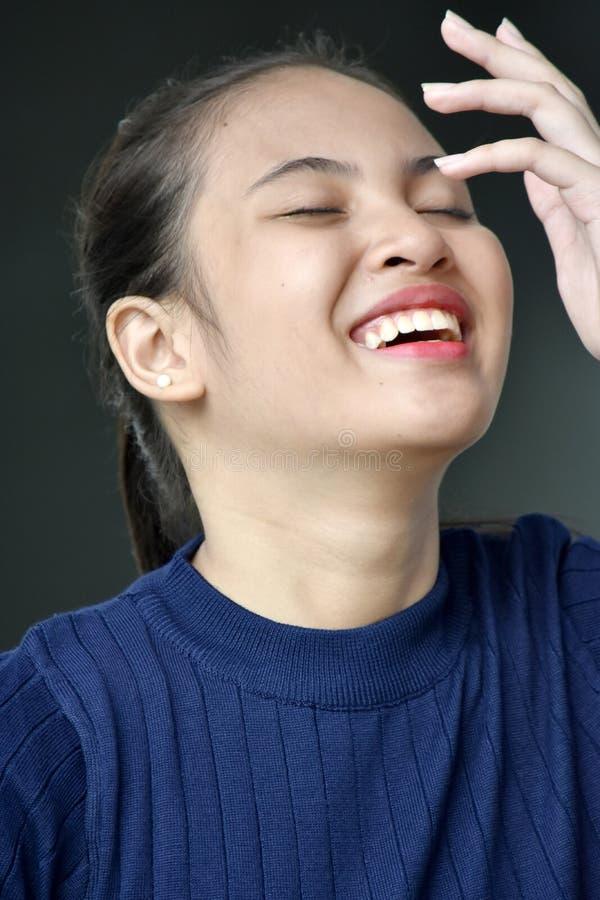 Lachend Aziatisch Vrouwelijk Kereltje royalty-vrije stock afbeelding