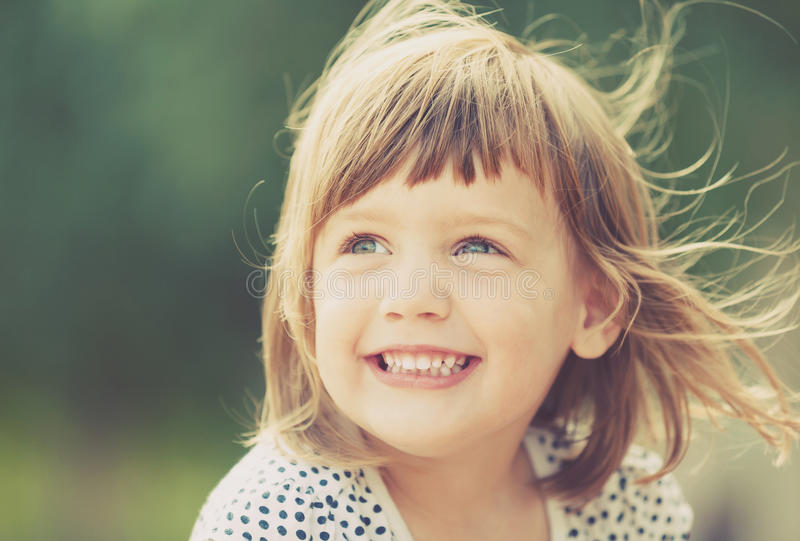 Lachend babymeisje royalty-vrije stock afbeeldingen