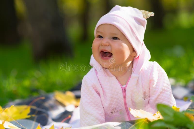 Lachend babymeisje met een brede richtende glimlach royalty-vrije stock afbeeldingen