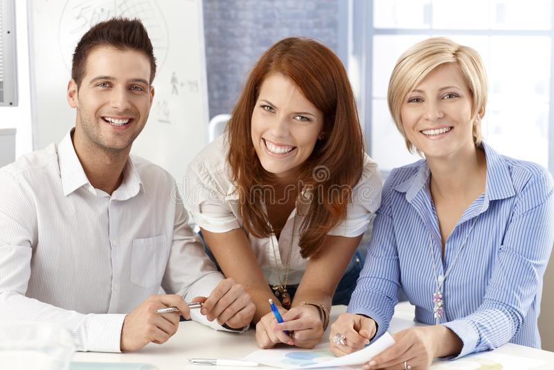 Lachend commercieel team stock foto