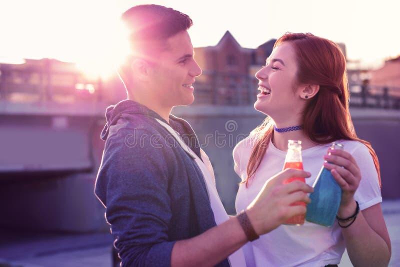 Lachend gembermeisje in witte t-shirt het besteden tijd met haar knappe vriend royalty-vrije stock afbeelding