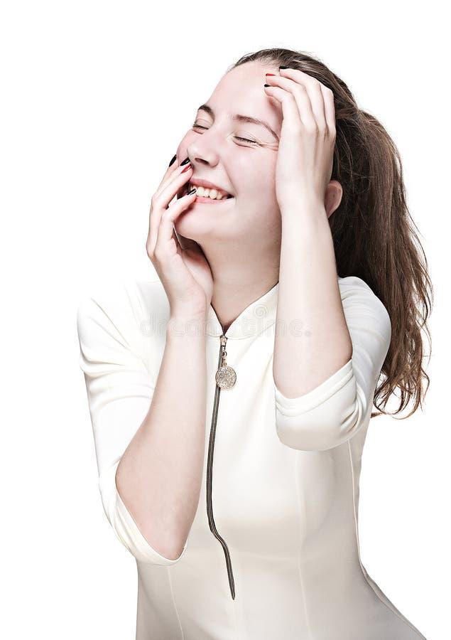 Lachend jong meisje in een witte kleding royalty-vrije stock foto