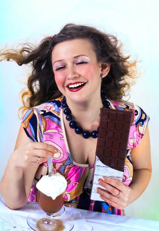 Lachend meisje dat van koffie geniet stock afbeeldingen