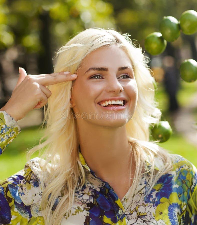Lachend meisje met kalk in park stock fotografie
