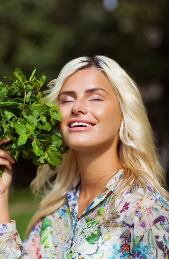 Lachend meisje met munt in park royalty-vrije stock afbeeldingen