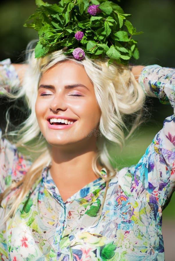 Lachend meisje met munt in park royalty-vrije stock foto's