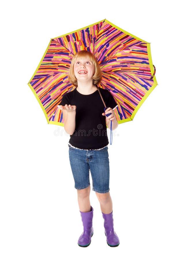 Lachend meisje in rubberlaarzen onder de paraplu royalty-vrije stock foto