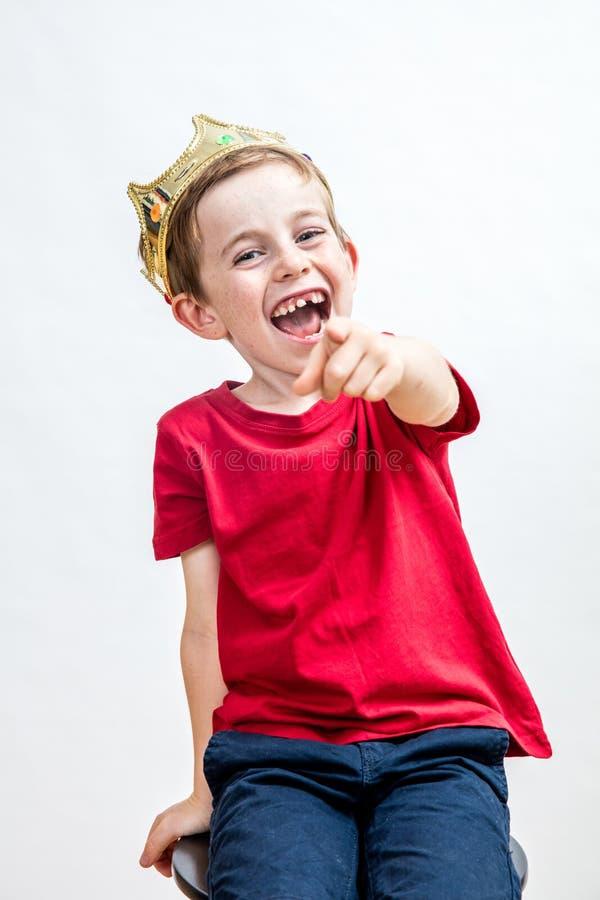 Lachend mooi verwend kind voor het bespotten van houding en schadelijk onderwijs royalty-vrije stock fotografie