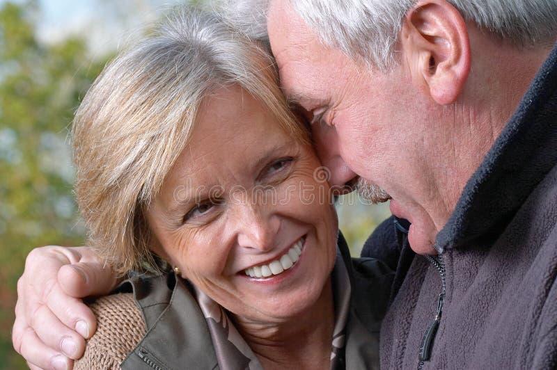 Lachend paar op middelbare leeftijd royalty-vrije stock afbeelding