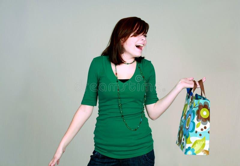Lachend tienermeisje met giftzak royalty-vrije stock fotografie