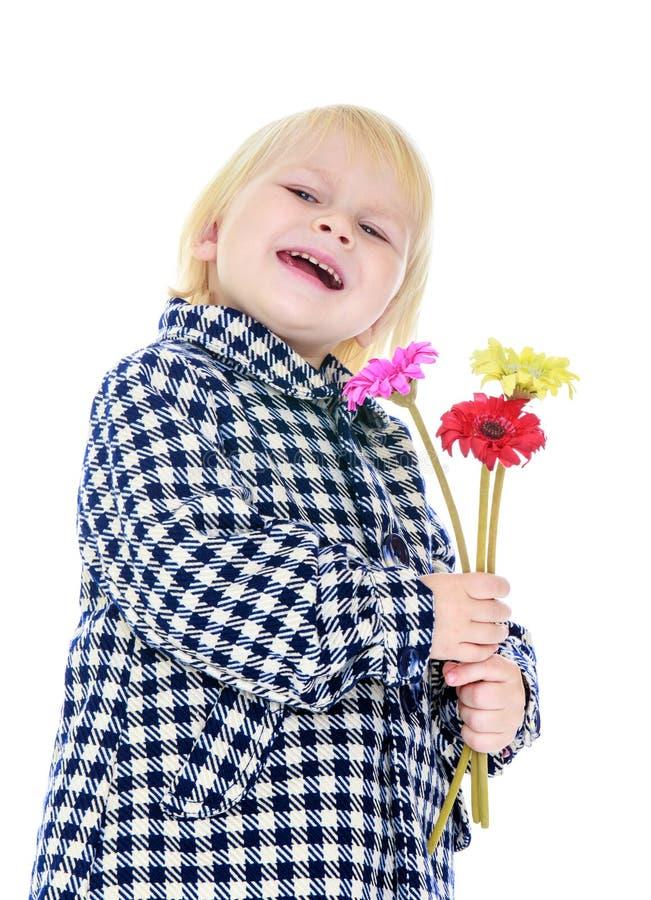 Lachend weinig blondemeisje in een plaid demi-seizoen royalty-vrije stock afbeelding