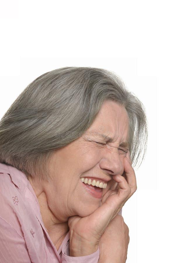 Lachende ältere Frau lokalisiert lizenzfreies stockbild