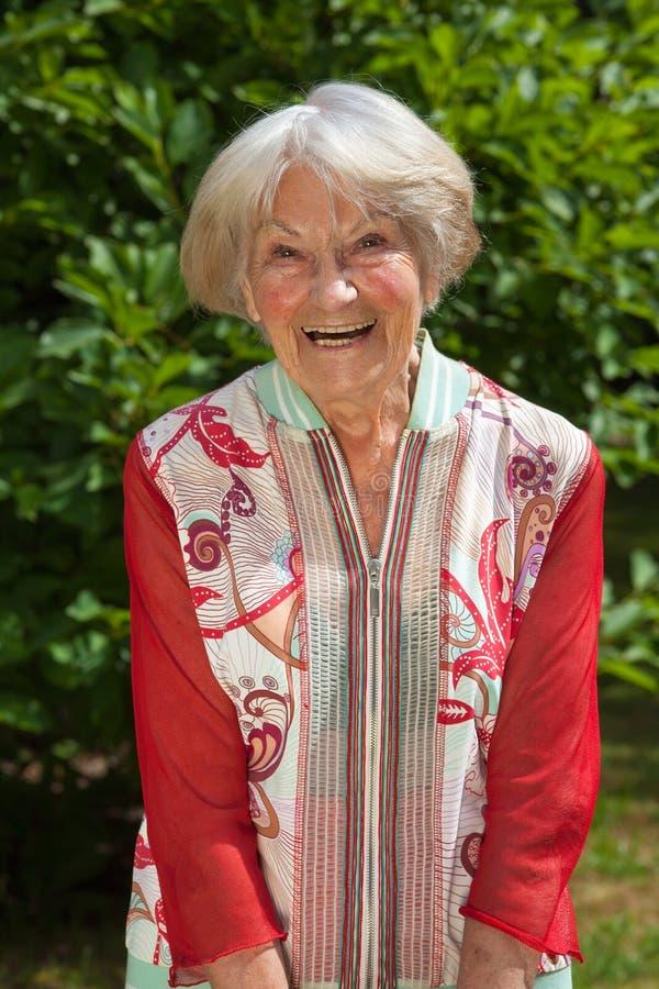Lachende aantrekkelijke vrouwelijke gepensioneerde royalty-vrije stock afbeelding