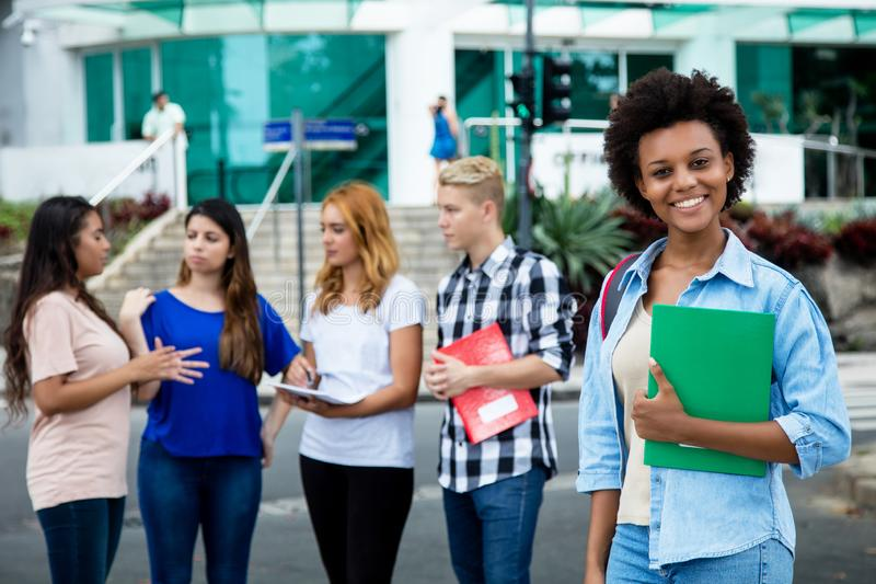 Lachende Afrikaanse Amerikaanse vrouwelijke student met groep internati royalty-vrije stock afbeelding