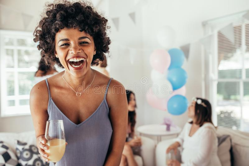 Lachende afrikanische Frau an Freund ` s Babyparty stockfoto