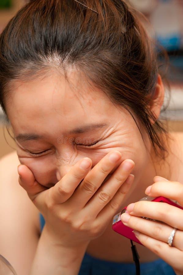 Lachende Aziatische vrouw royalty-vrije stock afbeeldingen