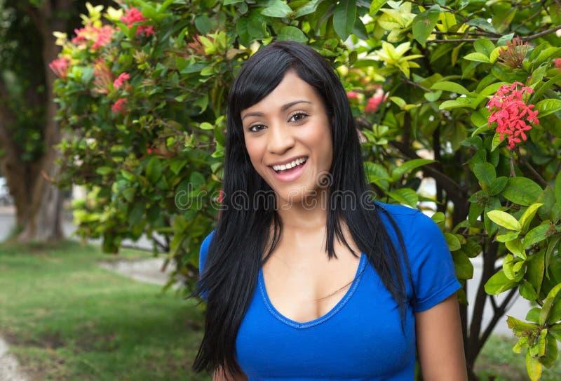 Lachende brasilianische Frau in einem Park stockbild